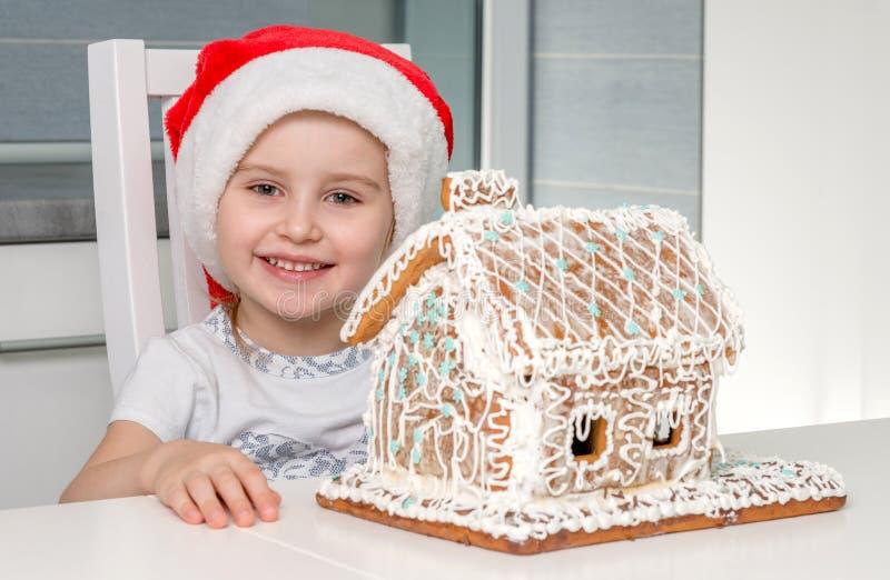 Niña hermosa con la torta-casa dulce imagen de archivo libre de regalías