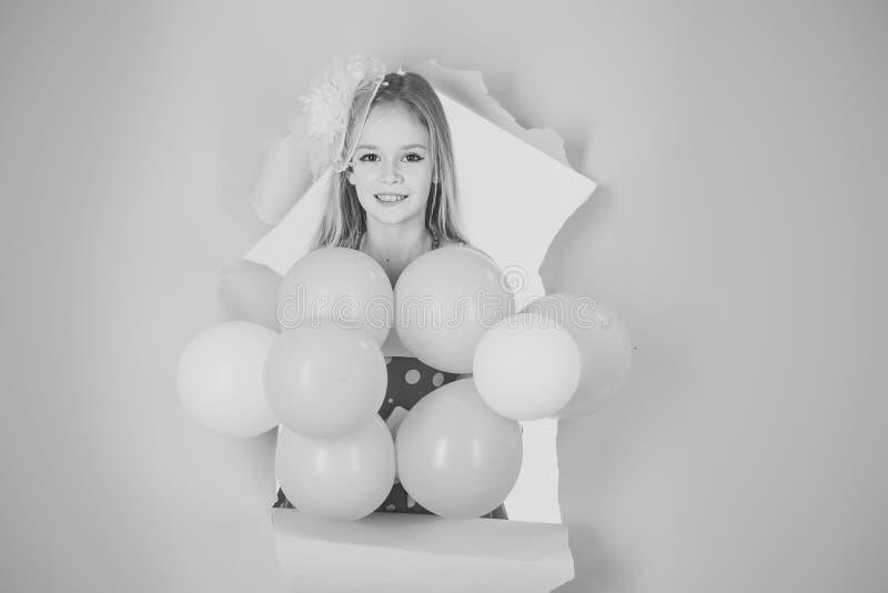 niña hermosa con los globos en fondo rosado imagen de archivo libre de regalías