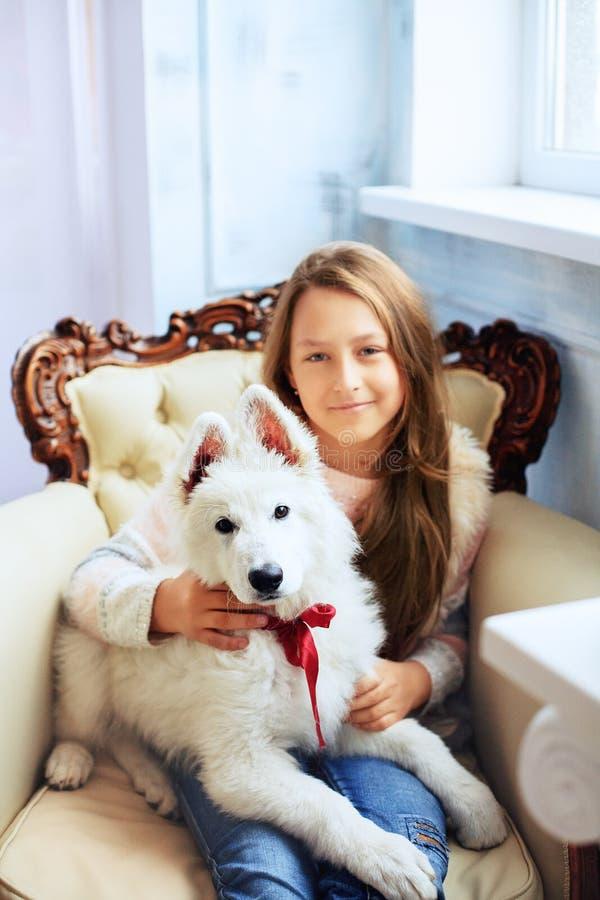 Niña hermosa con un perro El concepto de amistad y fotos de archivo libres de regalías