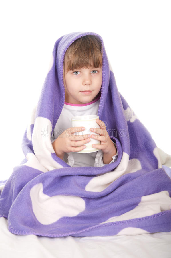 Niña hermosa con una taza de té imagen de archivo libre de regalías