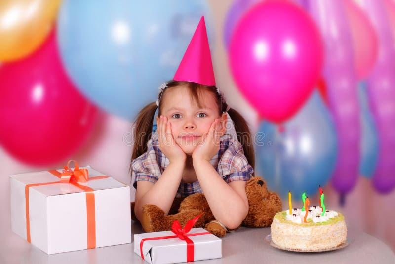 Niña hermosa en su cumpleaños foto de archivo