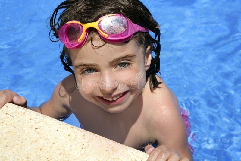 Niña hermosa que sonríe en piscina imagen de archivo libre de regalías