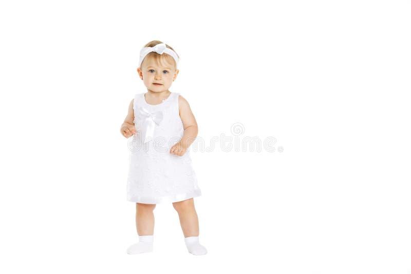 Niña hermosa toda en la ropa blanca imagen de archivo libre de regalías