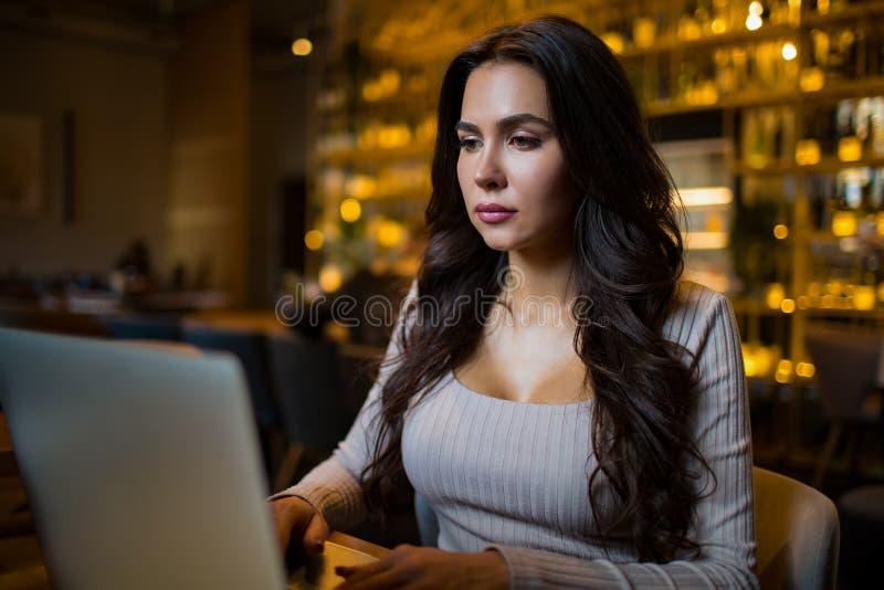 Niña hipster con elegantes lentes editor profesional de revistas de moda comprobar el correo electrónico en el ordenador portát imágenes de archivo libres de regalías
