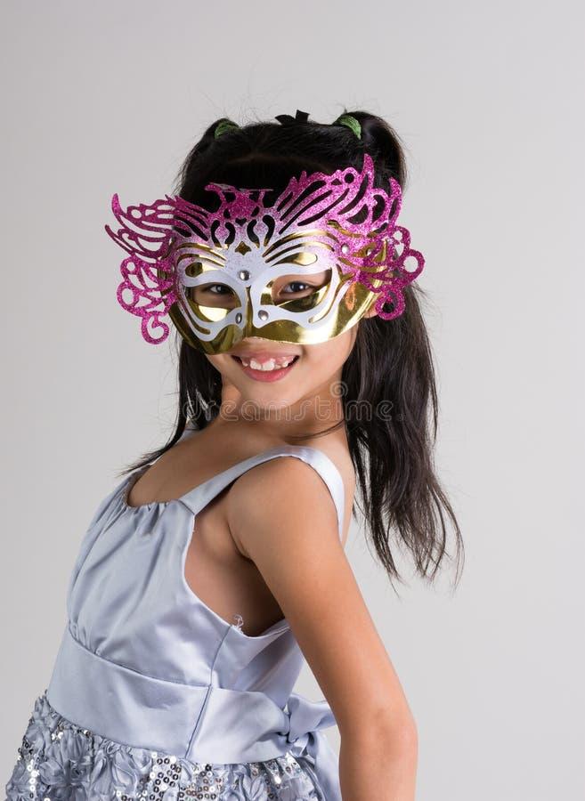 Niña linda, alegre en máscara imagenes de archivo