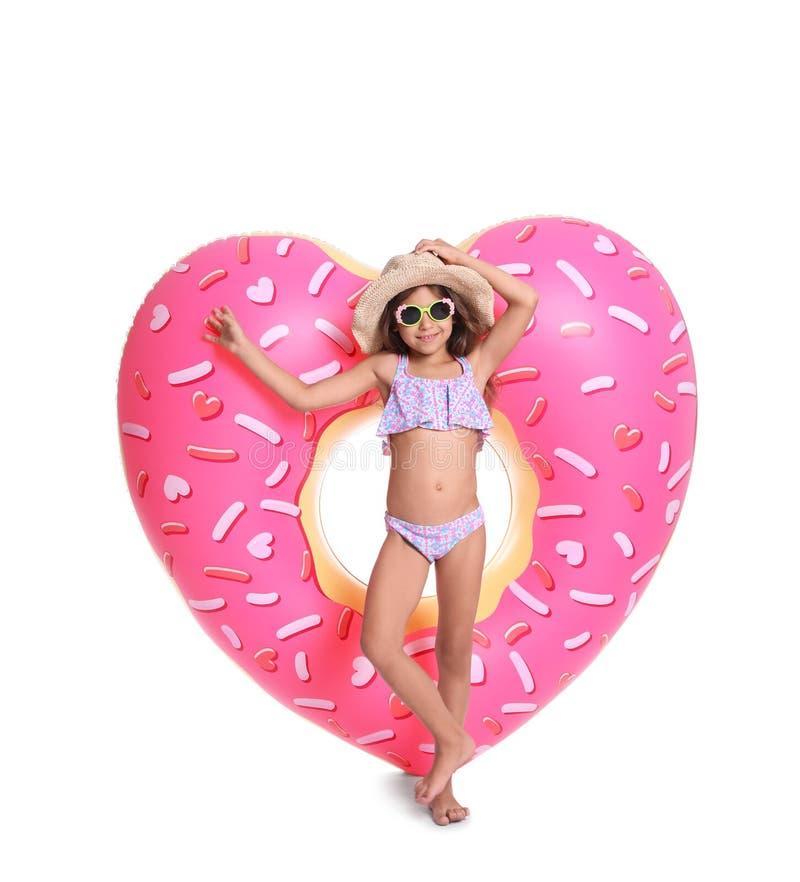 Niña linda con el corazón inflable fotografía de archivo libre de regalías