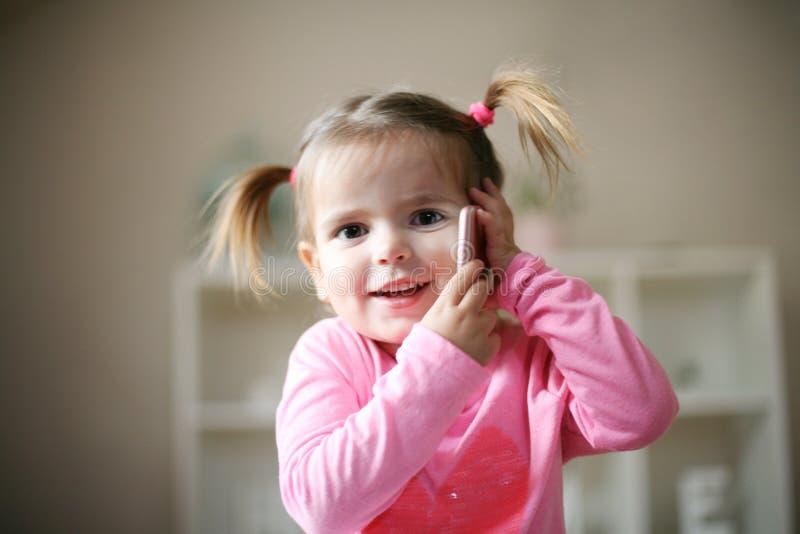 Niña linda con el teléfono fotos de archivo libres de regalías