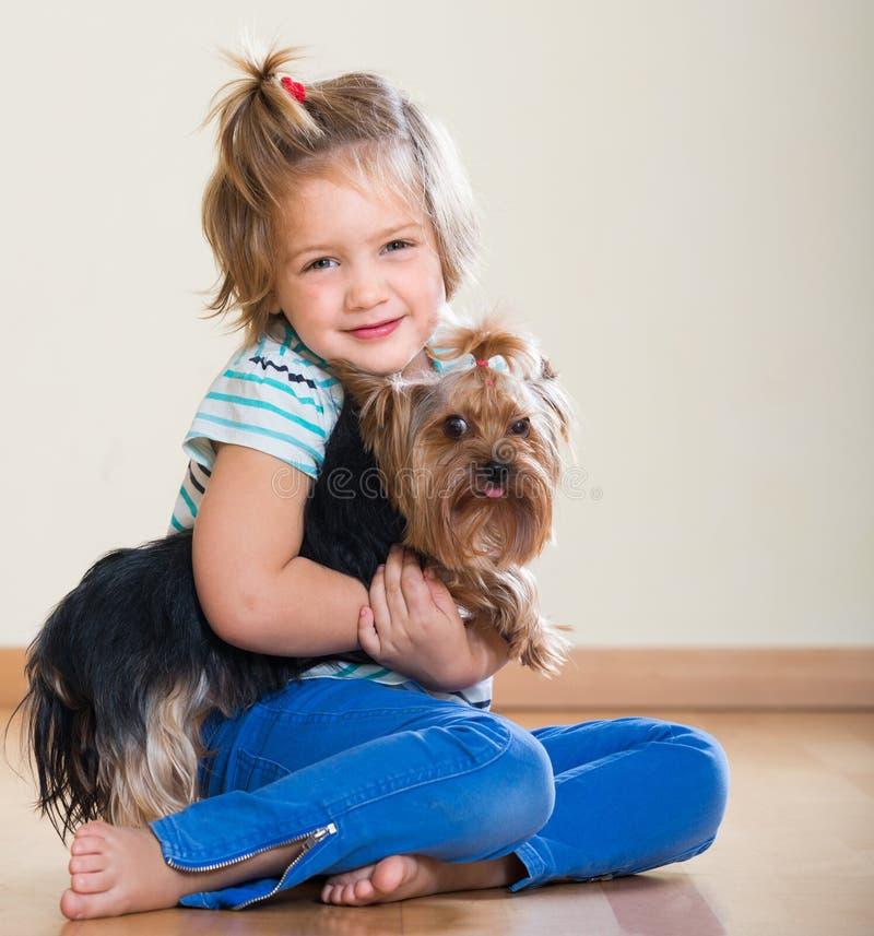 Niña linda con el terrier de Yorkshire interior foto de archivo libre de regalías