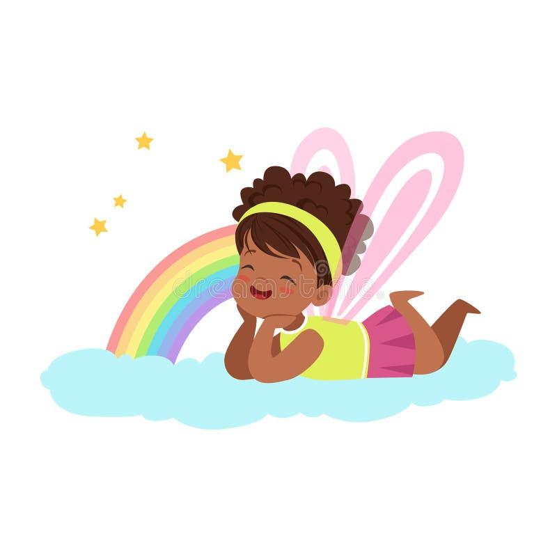 Niña linda con las alas que mienten en su estómago en una nube al lado del arco iris y el sueño, imaginación de los niños y ilustración del vector