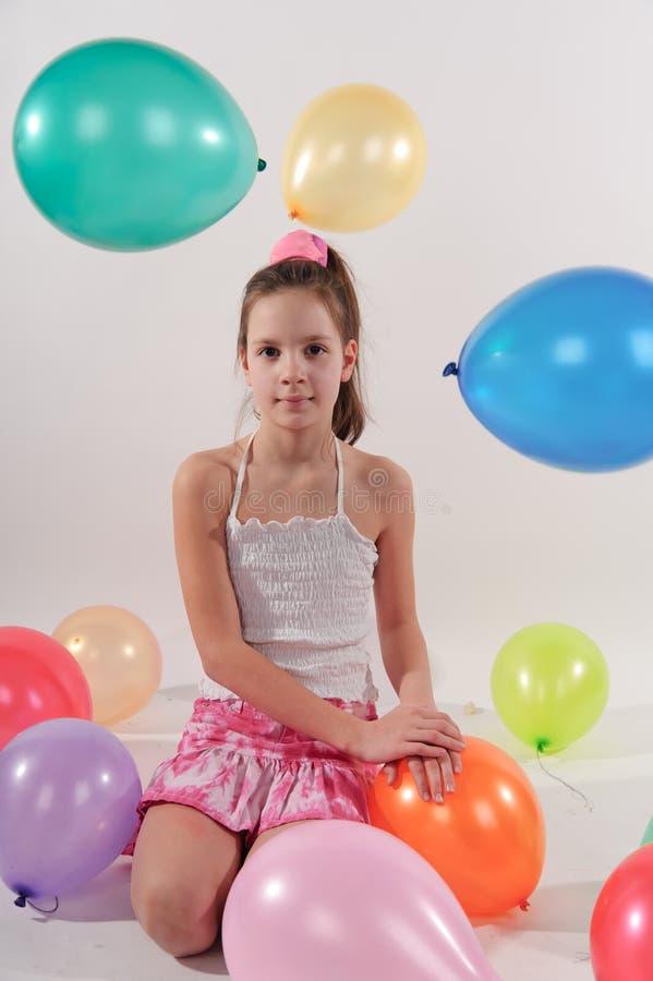 Niña linda divertida con los baloons fotografía de archivo