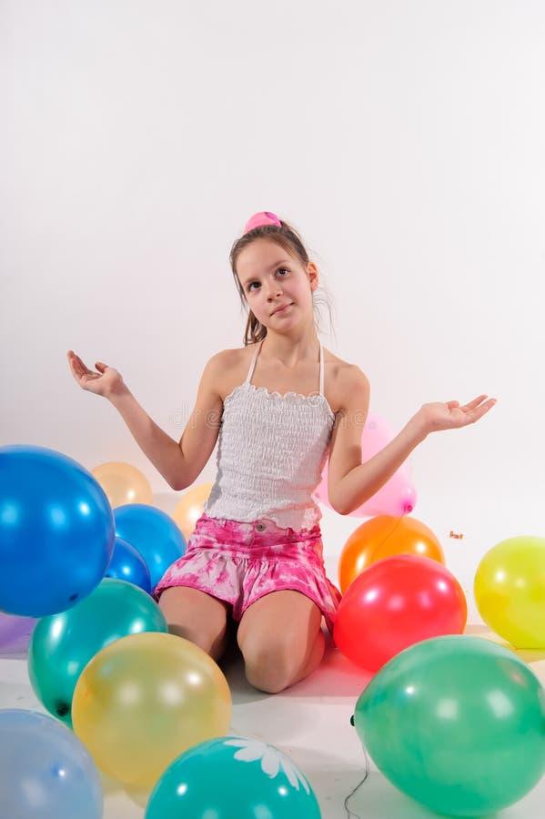 Niña linda divertida con los baloons foto de archivo