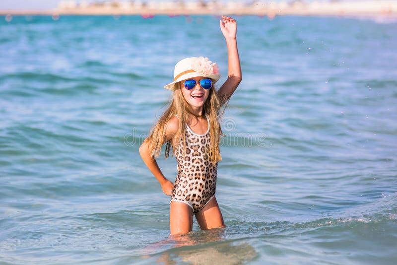 Niña linda el vacaciones de verano imagen de archivo libre de regalías