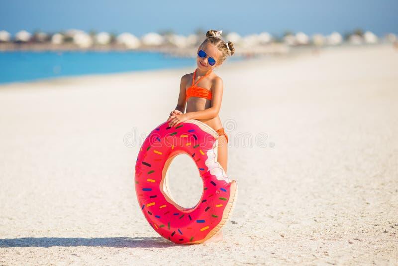 Niña linda el vacaciones de verano fotografía de archivo