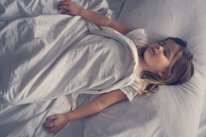 Niña linda en cama foto de archivo libre de regalías