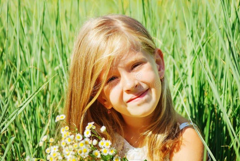 Niña linda en día de primavera imagen de archivo libre de regalías