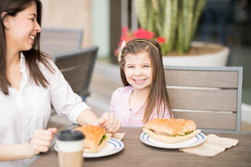 Niña linda en el café con su madre foto de archivo libre de regalías