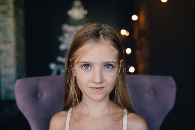 Niña linda en el fondo de las decoraciones de la Navidad foto de archivo libre de regalías