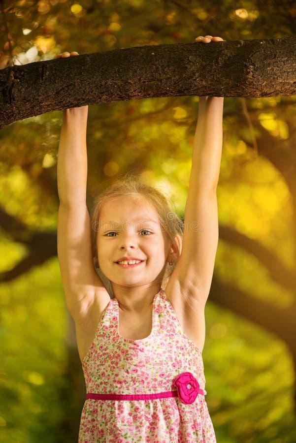 Download Niña linda en el parque foto de archivo. Imagen de verano - 42436786