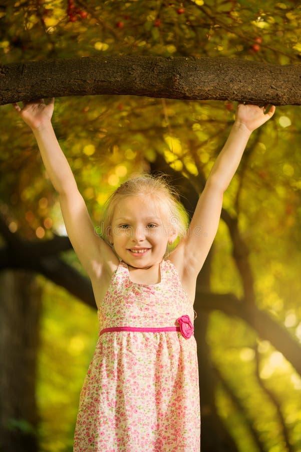 Download Niña linda en el parque foto de archivo. Imagen de smiling - 42436794