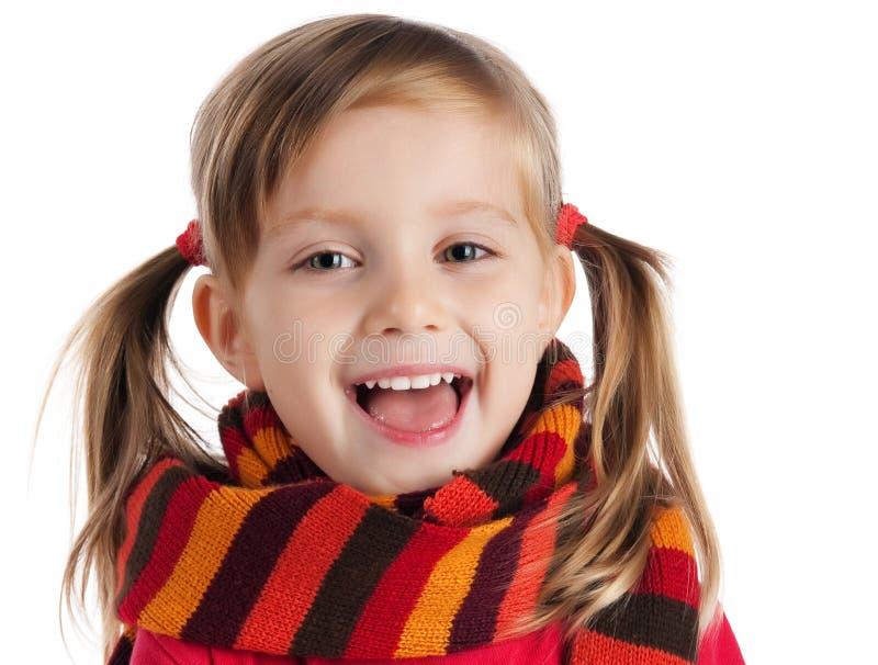 Niña linda en una bufanda rayada imagen de archivo