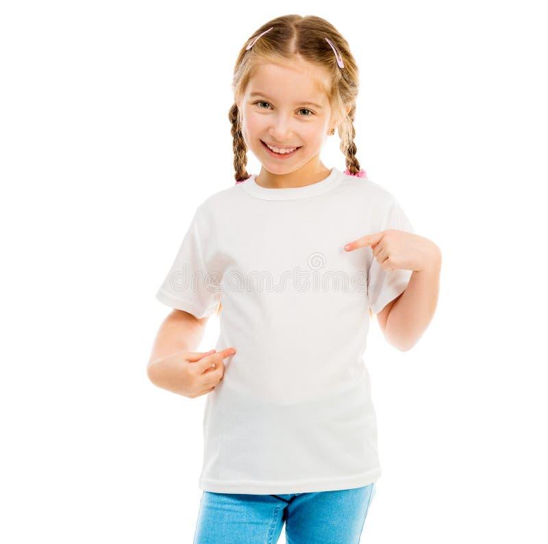 Niña linda en una camiseta blanca y tejanos foto de archivo