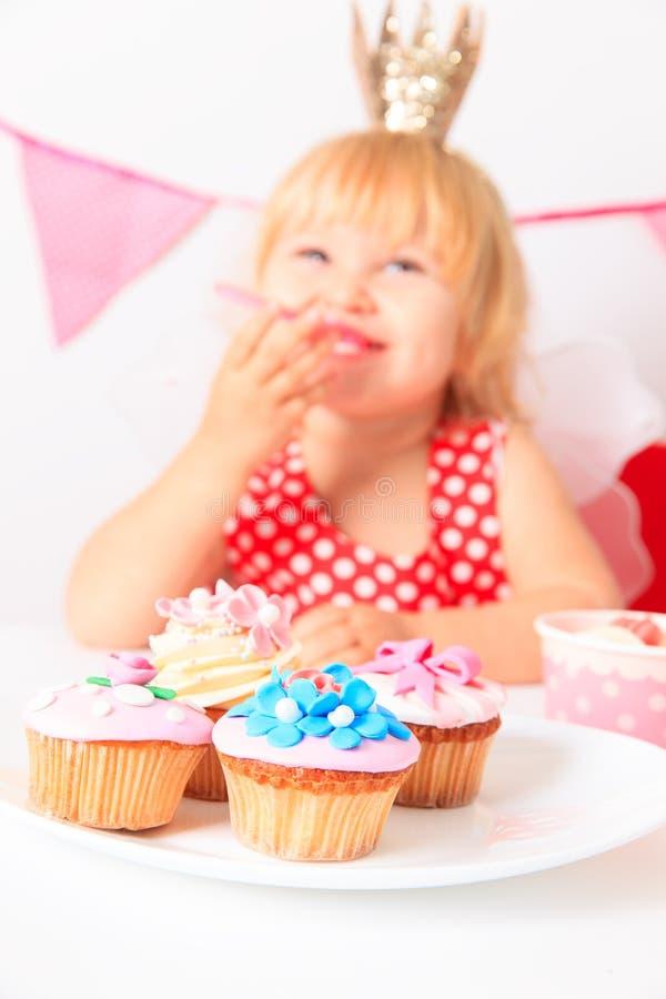 Niña linda feliz en la fiesta de cumpleaños fotos de archivo libres de regalías