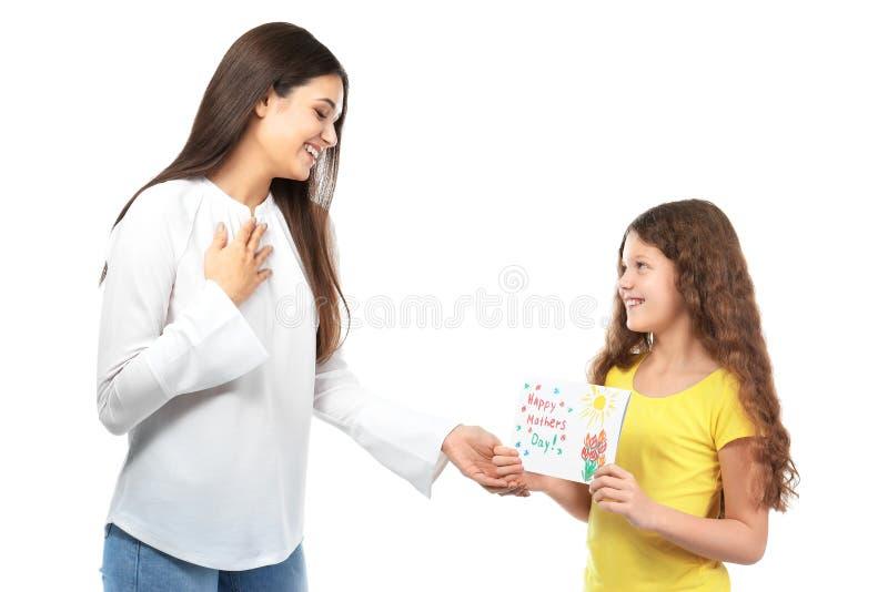 Niña linda que da la tarjeta de felicitación a su mamá fotos de archivo libres de regalías