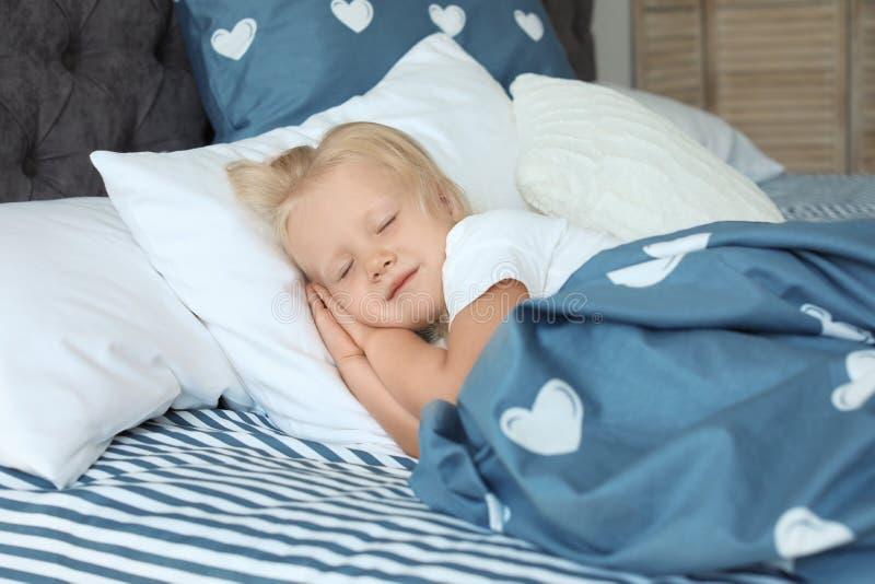 Niña linda que duerme en cama imágenes de archivo libres de regalías