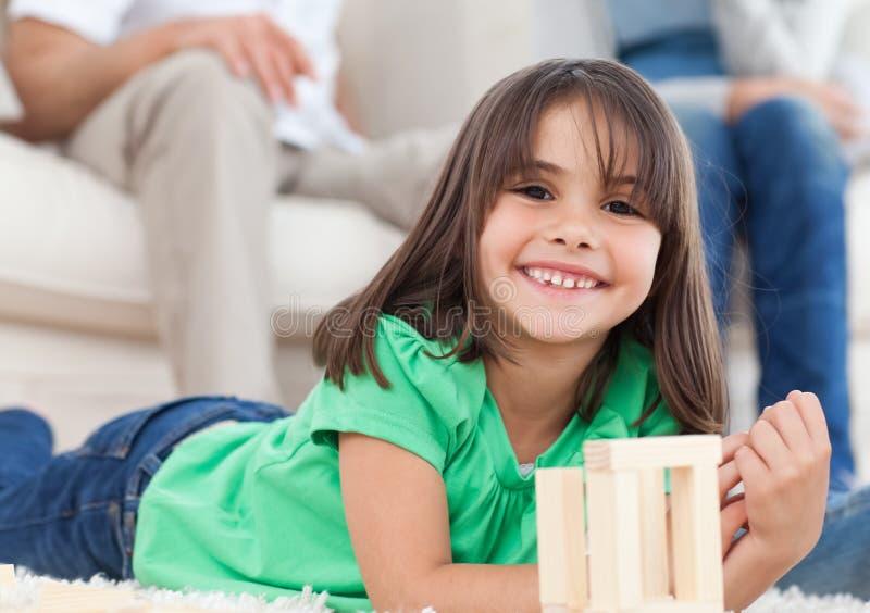 Niña linda que juega con dominós imágenes de archivo libres de regalías