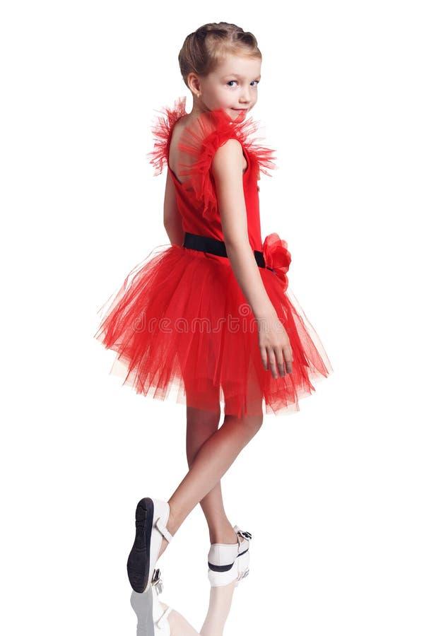 Niña linda que presenta en vestido rojo fotografía de archivo libre de regalías
