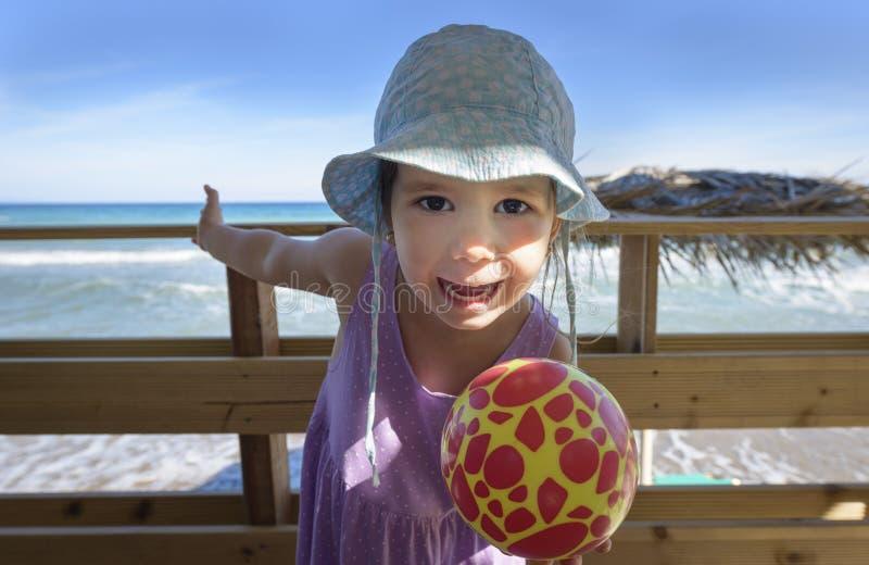 Niña linda que se divierte en la playa fotografía de archivo