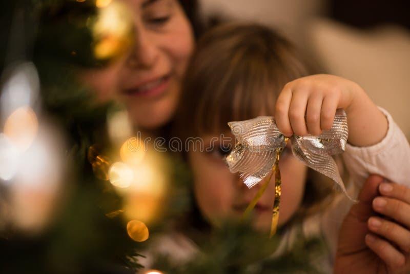 Niña linda que sostiene el ornamento de la Navidad imagen de archivo libre de regalías