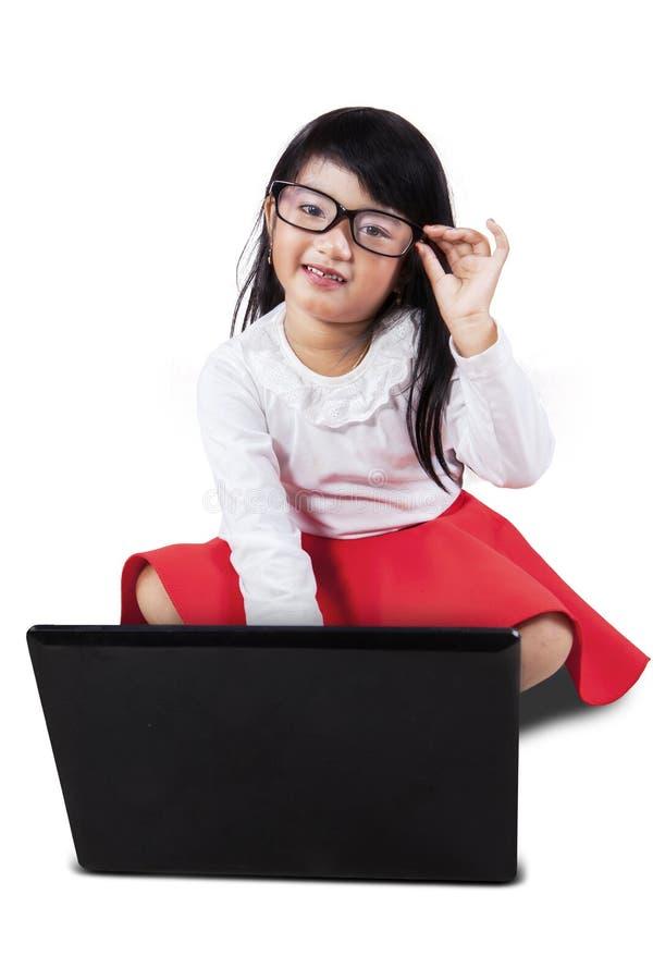 Niña linda que usa el ordenador portátil foto de archivo libre de regalías