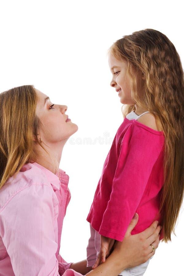 Niña linda y su madre foto de archivo