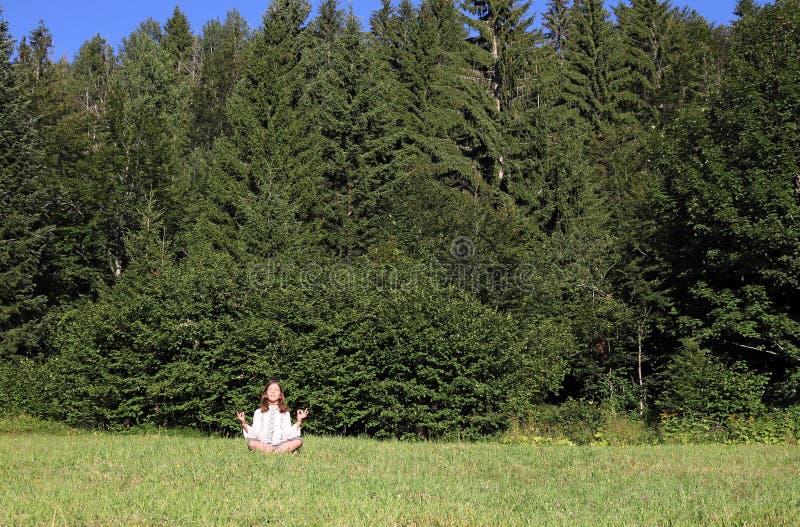 Niña meditating imagen de archivo