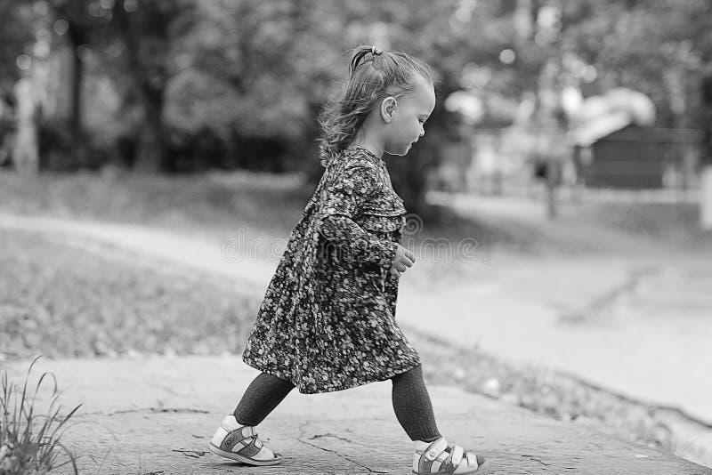 Niña para un paseo en parque imagen de archivo libre de regalías