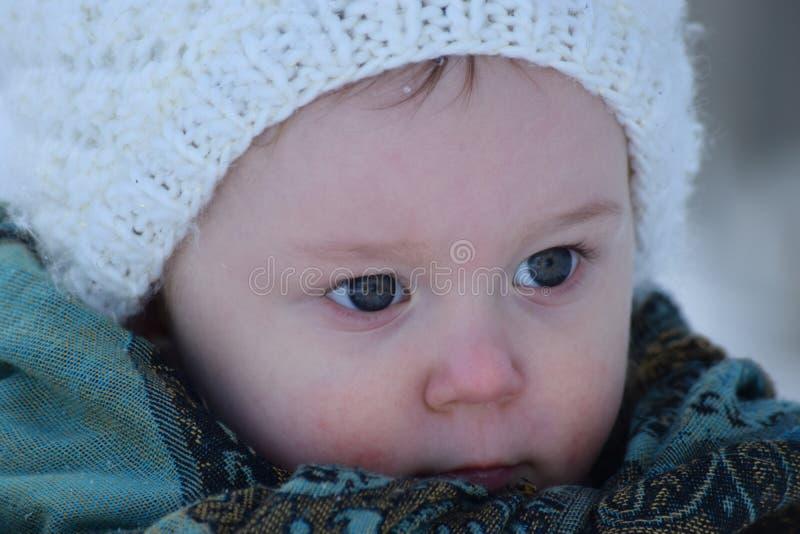 Niña pequeña con los ojos azules brillantes fotos de archivo