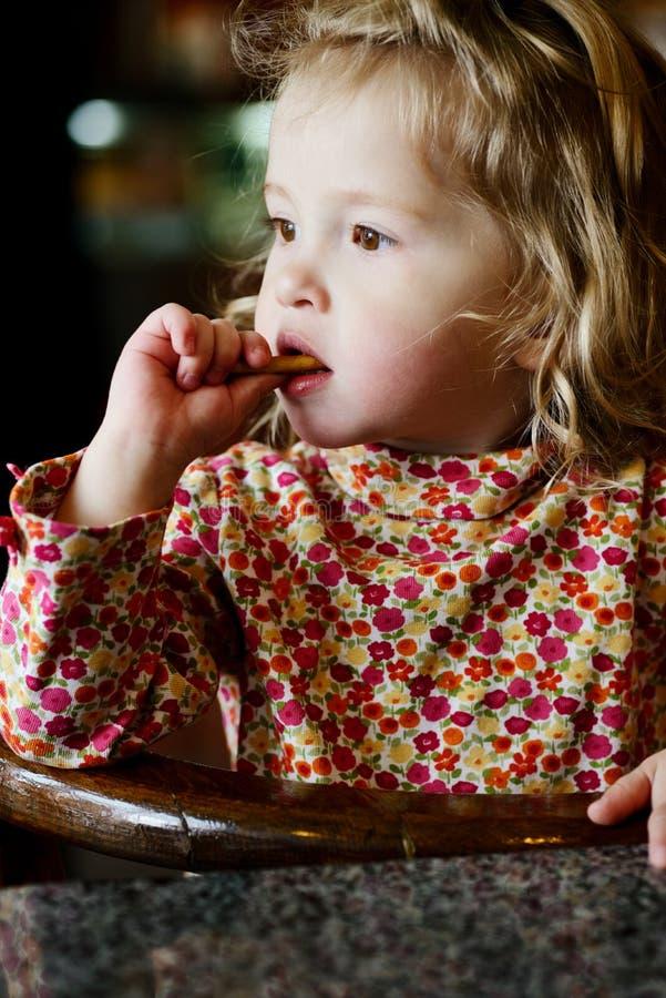 Niña pequeña en café fotos de archivo
