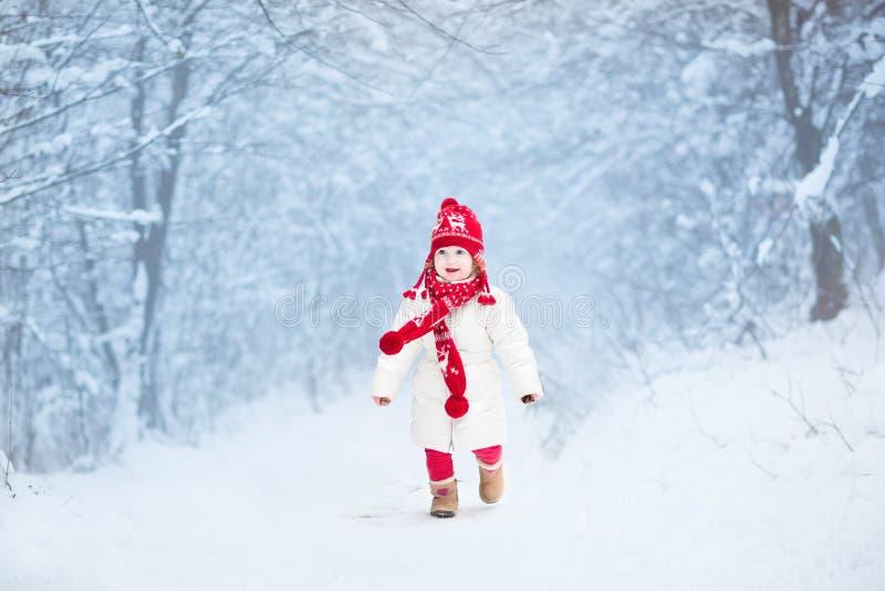 Niña pequeña linda en bosque nevoso del invierno foto de archivo libre de regalías