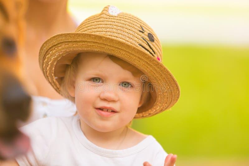 Niña pequeña linda en parque en fondo del verano fotografía de archivo