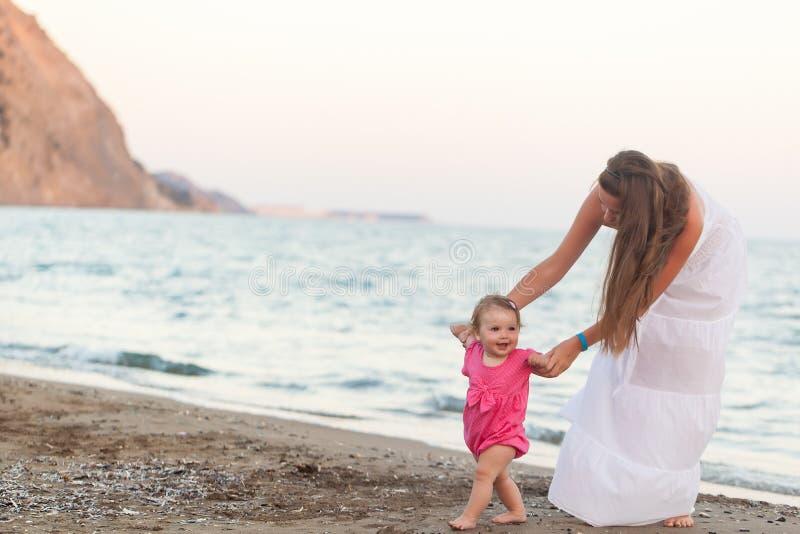 Niña pequeña linda que camina en una playa fotos de archivo libres de regalías