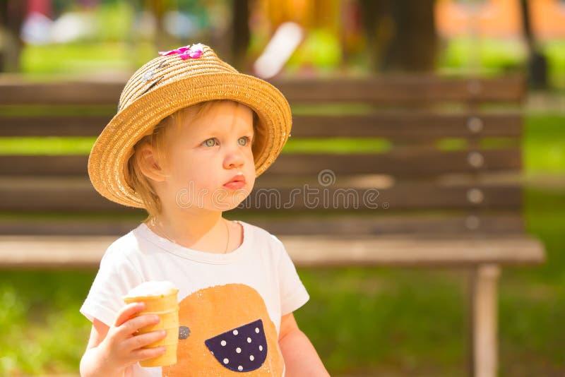 Niña pequeña linda que come el helado imágenes de archivo libres de regalías