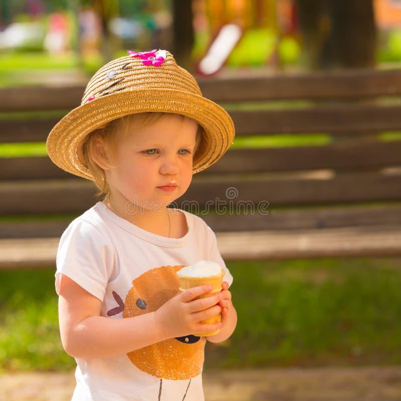 Niña pequeña linda que come el helado foto de archivo libre de regalías
