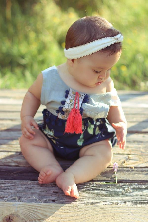 Niña pequeña preciosa y de la moda foto de archivo