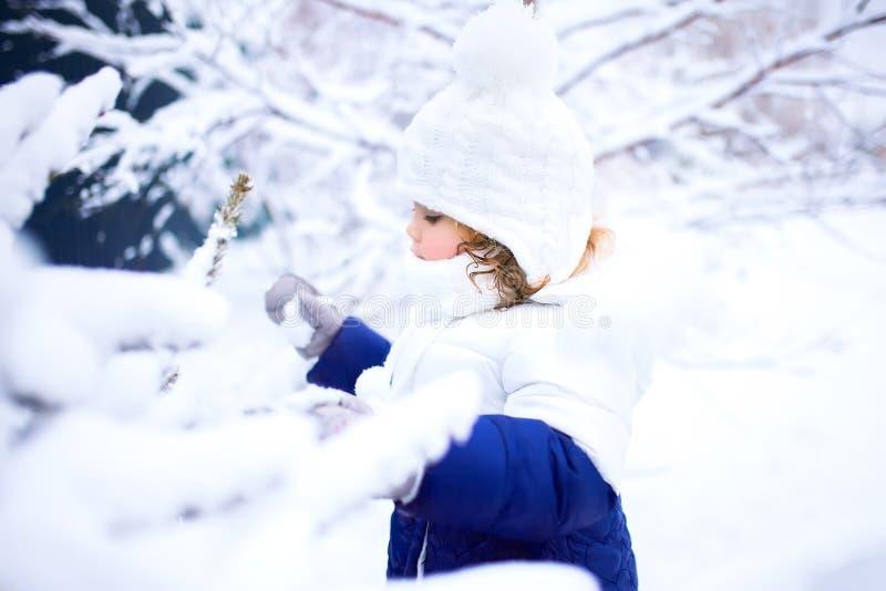 Niña pequeña que camina al aire libre, invierno nevoso fotografía de archivo libre de regalías