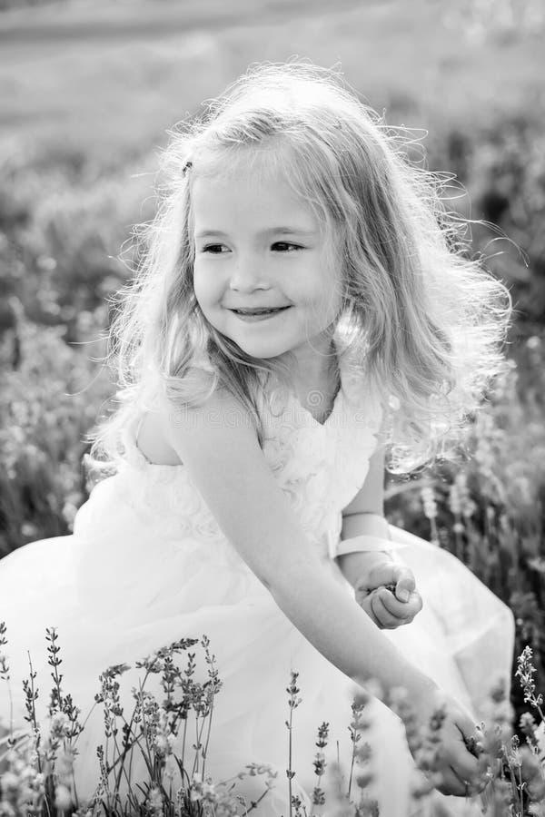 Niña pequeña sonriente del retrato imagenes de archivo