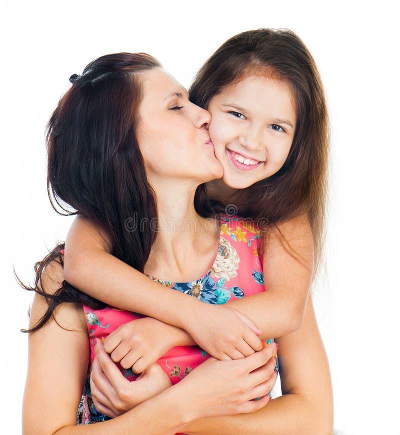 Niña que abraza a su madre fotografía de archivo libre de regalías