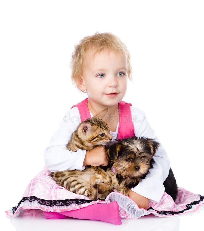 Niña que abraza un gatito y un perrito fotos de archivo