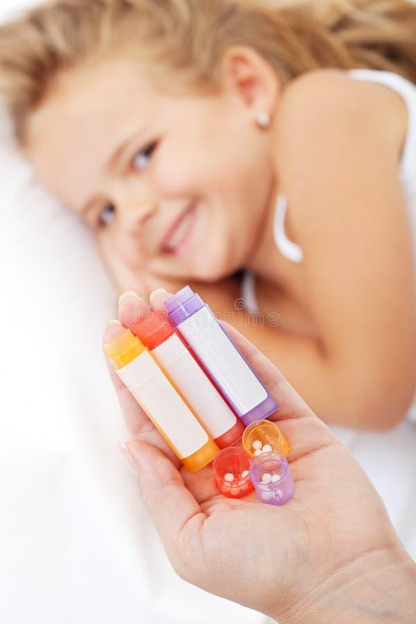 Niña que aguarda la medicación homeopática foto de archivo libre de regalías