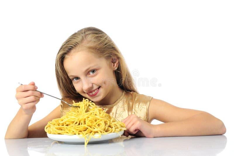 niña que come el espagueti imagenes de archivo